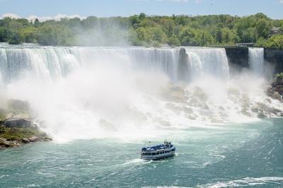 Maid of the Mist frente a la catarata americana del Niagara