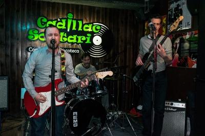 Un grupo de rock en el Cadillac Solitario